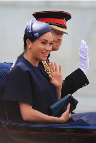 Фото №7 - Герцогиня Меган впервые появилась на публике после родов
