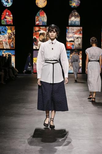 Фото №4 - Мистические витражи и ода культовым писательницам: что означали скрытые символы на показе Dior SS 2021