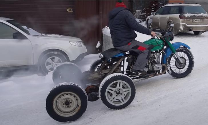 Фото №1 - Мужики переделали мотоцикл «Урал» в вездеход и испытали его сибирской снежной дорогой (видео)