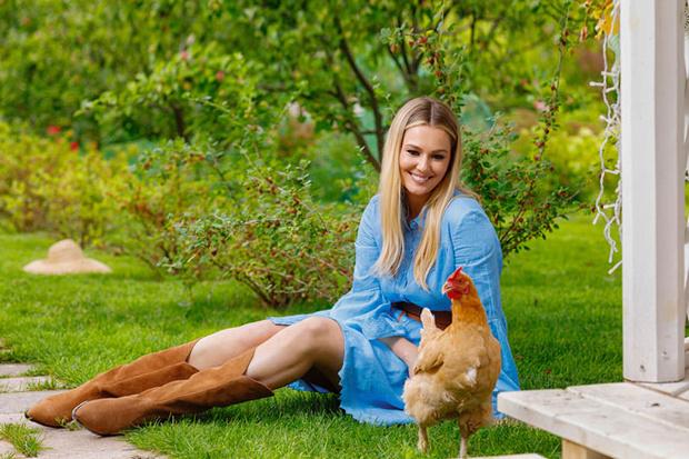 Фото №2 - Мария Кожевникова: «Сажаю помидоры, завели кур, в планах— пасека»