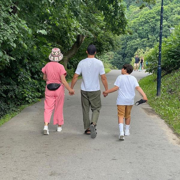 Фото №1 - Счастливое семейство: Кэти Перри на прогулке с Орландо Блумом и его сыном Флинном
