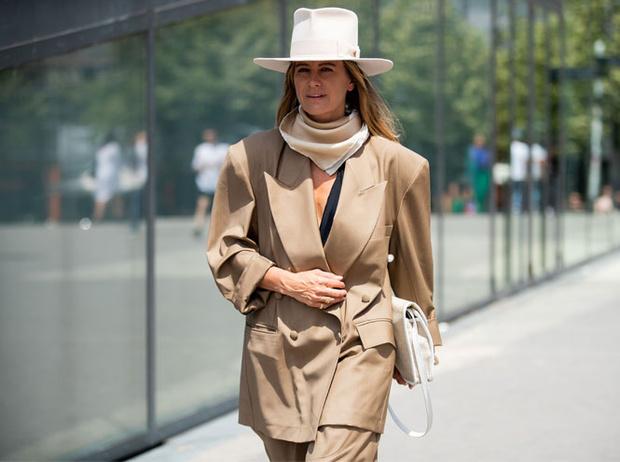 Фото №9 - Как носить шелковые платки: 10 самых простых и стильных способов