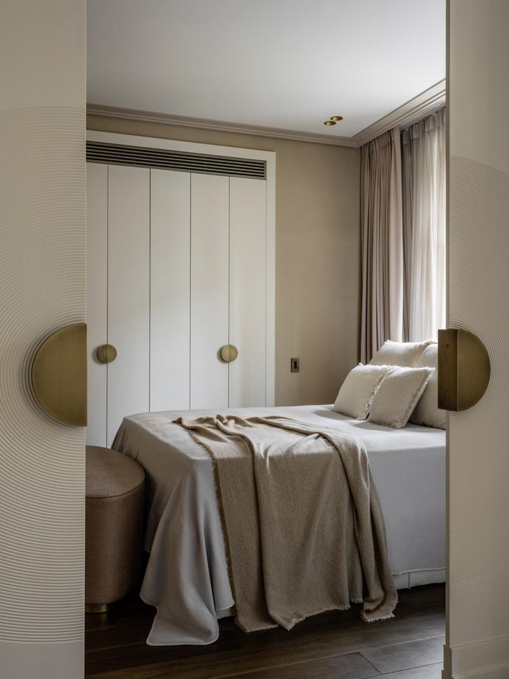 Спальня. Кровать, Koket. Банкетка, Bellavista. Плед, покрывало и подушки, Bosco Casa.