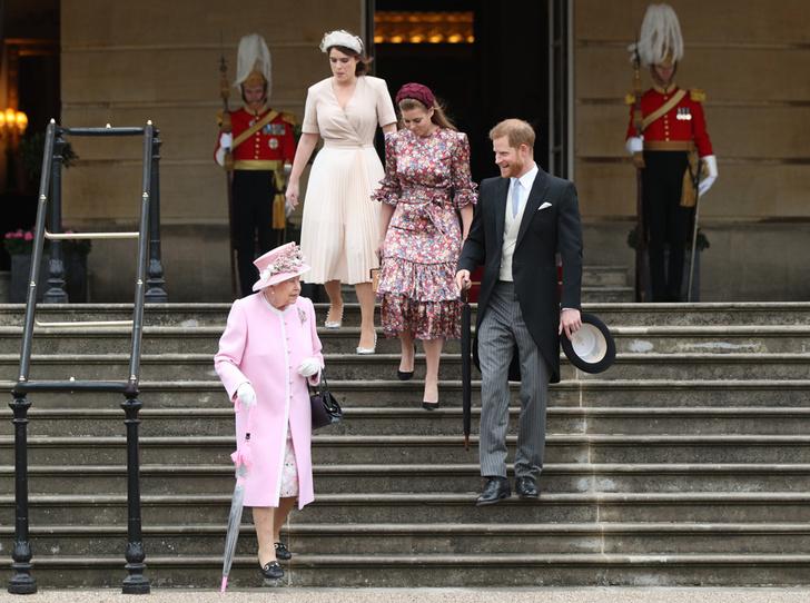 Фото №3 - Королева нарушила протокол на чаепитии в саду