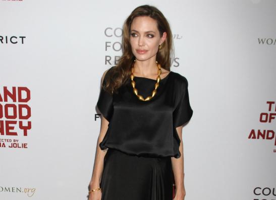 Фото №1 - О каком платье мечтает Анджелина Джоли?