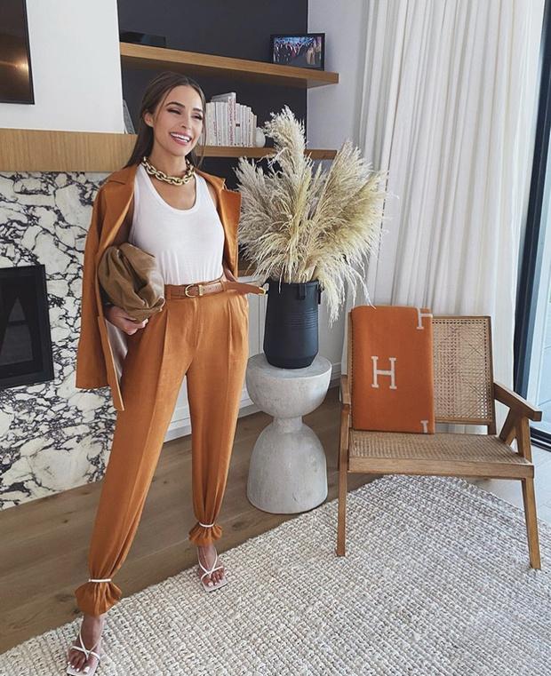 Фото №2 - Самый модный способ носить брюки, как это делают все инфлюенсеры: на примере Оливии Калпо