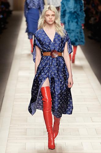Фото №4 - Стразы, ботфорты и колготки в сеточку: как в моду входит все то, что раньше считалось безвкусицей