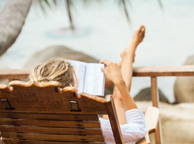 Фото №1 - Лето, море, любовь: 10 легких и вдохновляющих романов