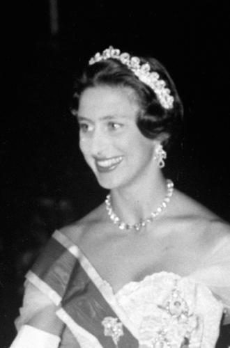 Фото №22 - Какую тиару Елизавета II одолжит Меган Маркл на свадьбу: делаем ставки