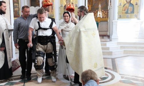Фото №1 - Экзоскелет помог россиянину самому привести жену к алтарю