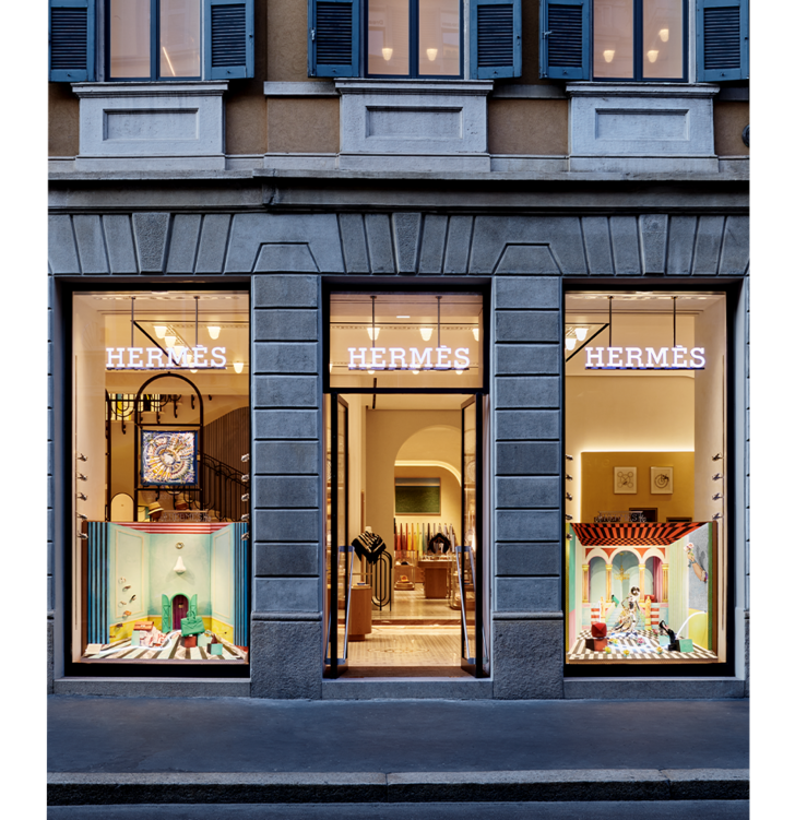 Фото №1 - Лука Никетто оформил витрины миланского бутика Hermès