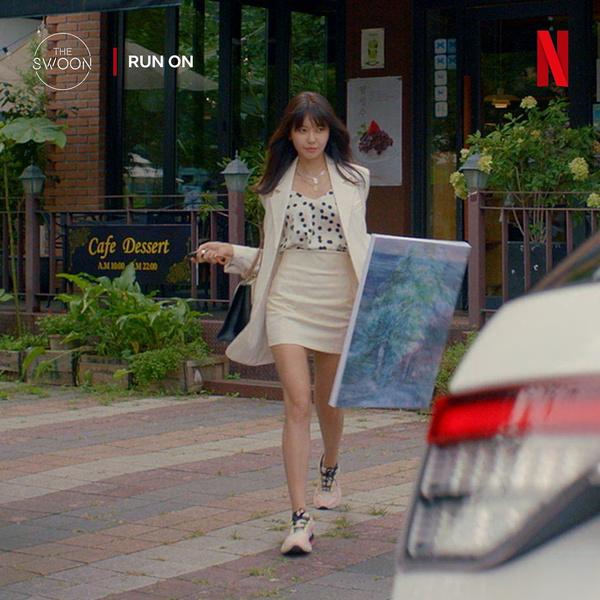 Фото №1 - Как сочетать деловой стиль с кроссовками: учимся у Чхве Су Ён из дорамы «Продолжение»