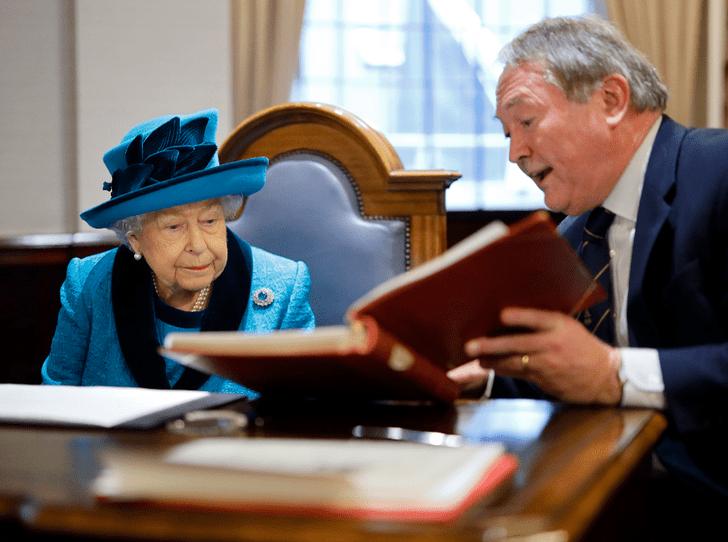 Фото №2 - Королевская подпись: о чем говорит почерк Елизаветы II