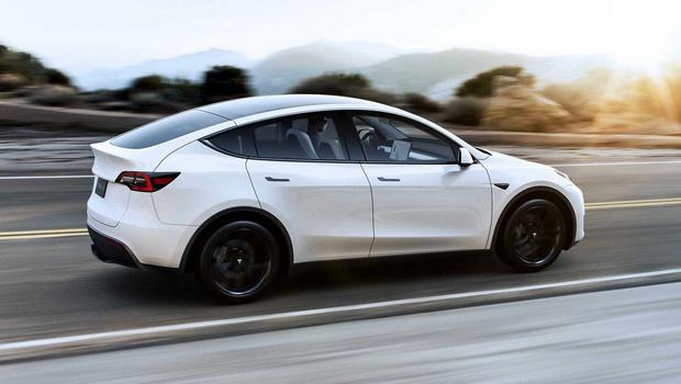 Фото №1 - Tesla Model Y чудом избегает лобового столкновения (видео)