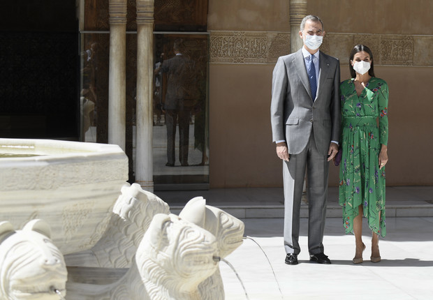Фото №3 - Платье Maje, серьги TOUS и другие составляющие образа королевы Летиции