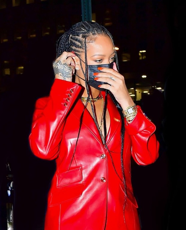 Фото №3 - Джинсы мечты и красный кожаный пиджак на голое тело: Рианна выбирает Gucci
