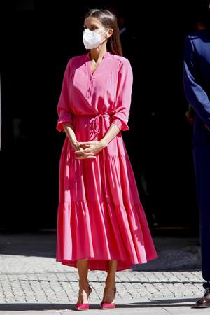 Фото №1 - Платье и туфли, как у королевы Летиции, которые непременно стоит добавить в свой летний гардероб