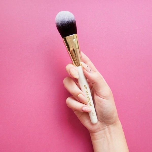 Фото №1 - Кистями, спонжем или пальцами: чем лучше делать макияж