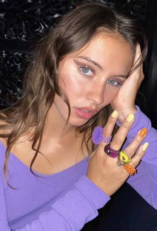 Фото №2 - «Голый» топ и зубы, инкрустированные бриллиантами: дерзкий образ дочери Джуда Лоу