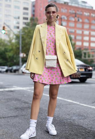 Фото №5 - Какие платья можно носить с кроссовками: советы стилиста