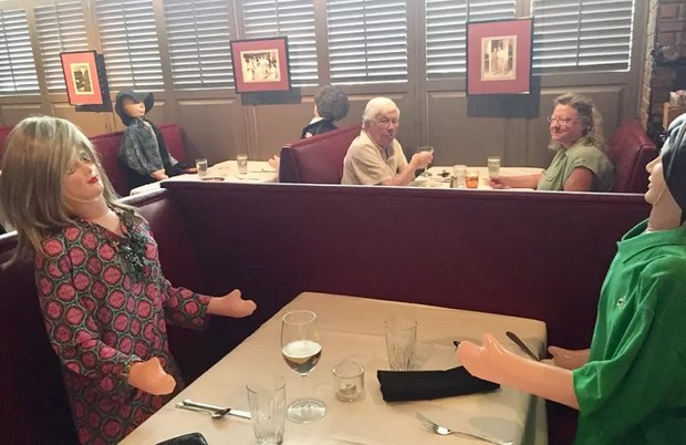Фото №9 - 10 ресторанов, придумавших остроумные способы заставить посетителей соблюдать дистанцию