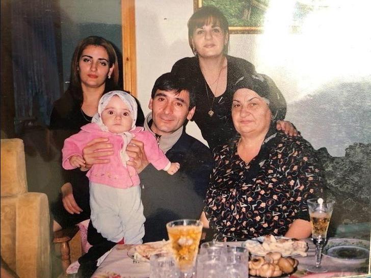Маленькая Патимат с родителями, бабушкой и тетей