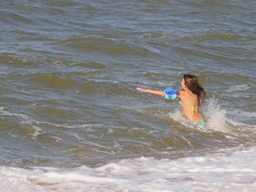 Девочка в волнах Азовского моря