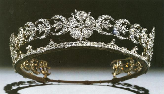 Фото №34 - Какую тиару Елизавета II одолжит Меган Маркл на свадьбу: делаем ставки