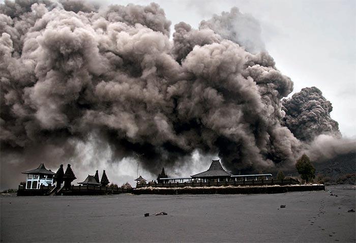 Фото №1 - Великий курильщик: как корреспондент «Вокруг света» заглянул в жерло действующего вулкана