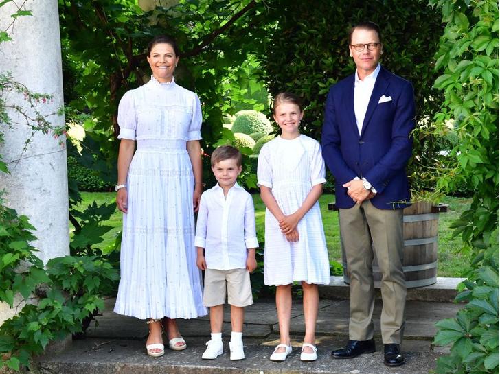 Фото №2 - Самые теплые кадры: королевские семьи Европы поделились традиционными летними фотосессиями