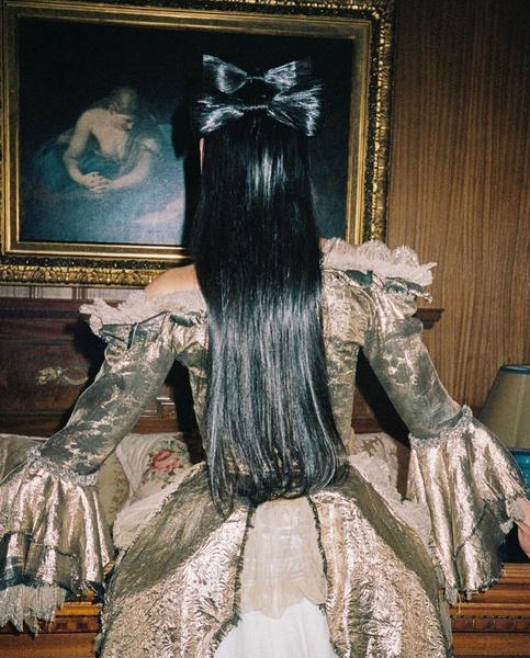 Фото №2 - Банты из волос: вдохновляемся стильной прической Дуа Липы из клипа Demeanor 🎀