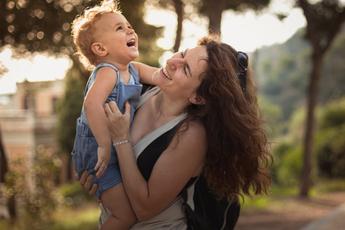 Психолог: почему нельзя щекотать ребенка, даже играя