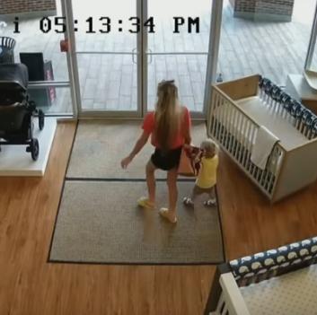 Фото №4 - Мать украла детскую коляску, но забыла в магазине ребенка