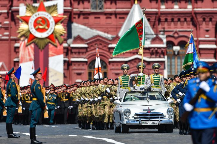 Фото №1 - Немецкая «Победа» из Туркмении— главная звезда парада на Красной площади