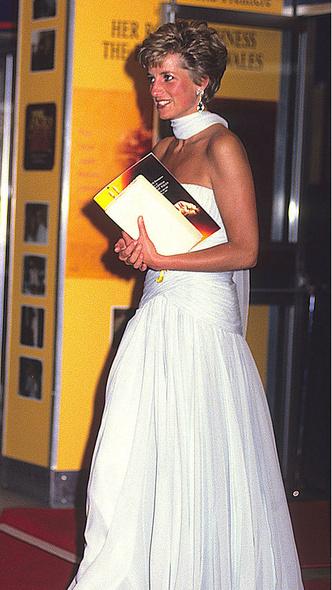 Фото №9 - Как королевские особы одеваются на кинопремьеры: самые роскошные выходы, которые вошли в историю
