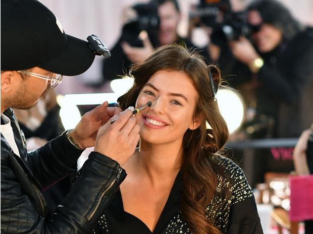 Фото №2 - Секреты макияжа, которые помогут сделать нос тоньше