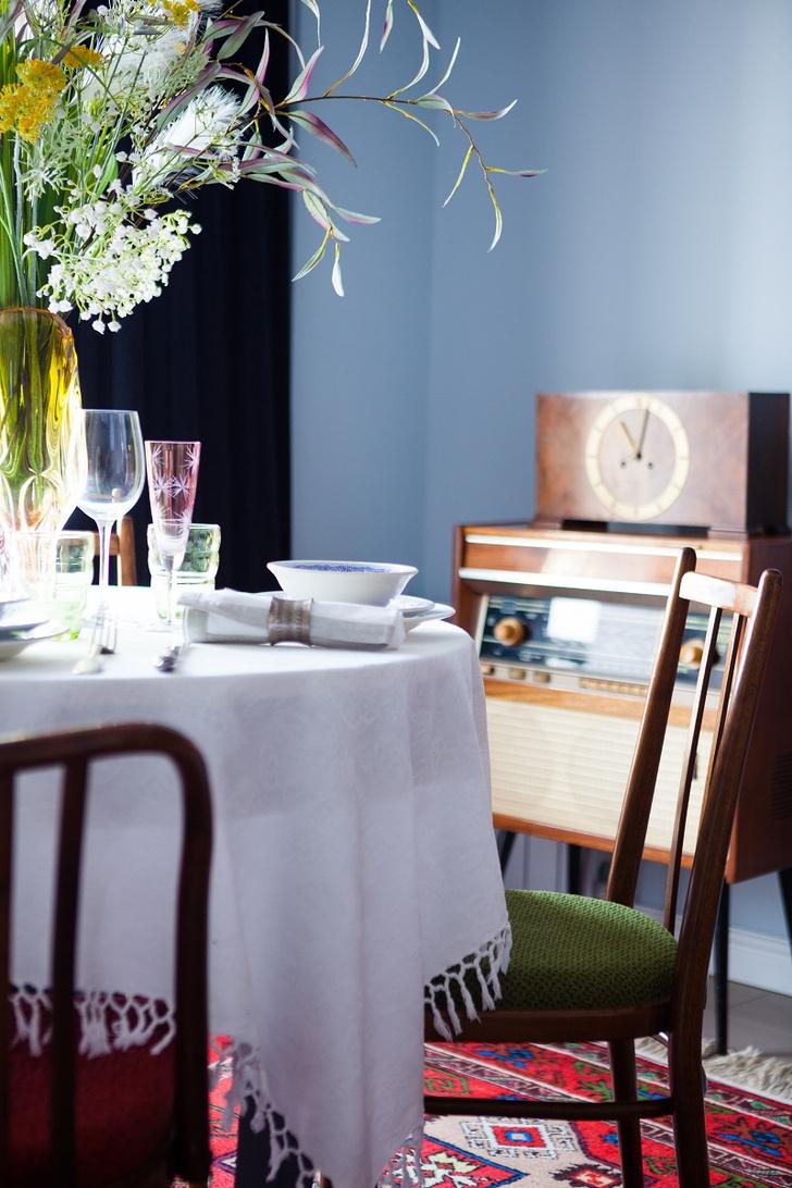 Фрагмент гостиной. Паркетная доска Marzipan Muffin, Barlinek. Букет из искусственных цветов, студия Strekoza. Мебель и аксессуары из коллекции хозяйки.