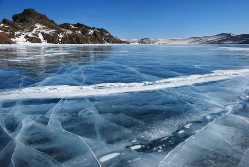 shutterstockПроисходит это потому, что при температуре +4°С пресная вода приобретает свою наибольшую плотность. При дальнейшем охлаждении она становится гораздо менее плотной и более легкой. Поэтому как только осенью вся толща воды в озере остужается до +4°, верхний ее слой, продолжающий охлаждаться, становится легче, чем вода нижних слоев. Холодная и легкая «верхняя» вода плавает над более теплой, а следовательно, тяжелой глубинной. Перемешивание слоев происходит очень медленно, поэтому верхний слой воды, а затем и лед не дают озеру промерзнуть, и зимой температура в глубине озера держится в пределах от 1 до 4 градусов тепла. До дна же промерзают лишь мелкие озера, да и то в очень сильный мороз.