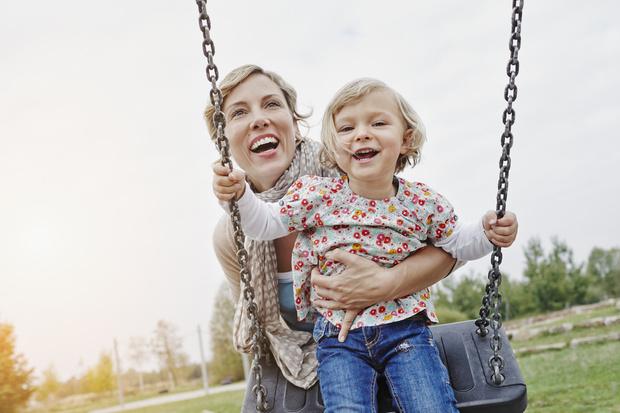Фото №1 - 7 типов мам на детской площадке, которые всех раздражают