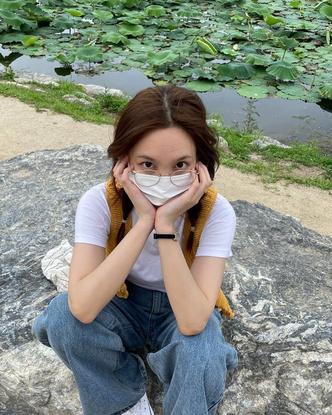 Фото №2 - Как стильно носить защитную маску летом: учимся у Наён из TWICE