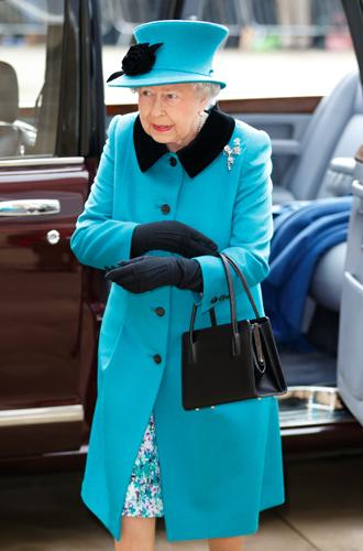Фото №7 - Зачем Елизавете II столько одинаковых сумок Launer?