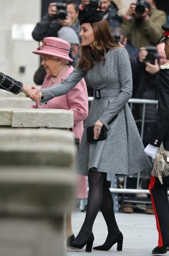 Фото №3 - Долгожданный дуэт: герцогиня Кембриджская и Елизавета II вместе вышли на работу