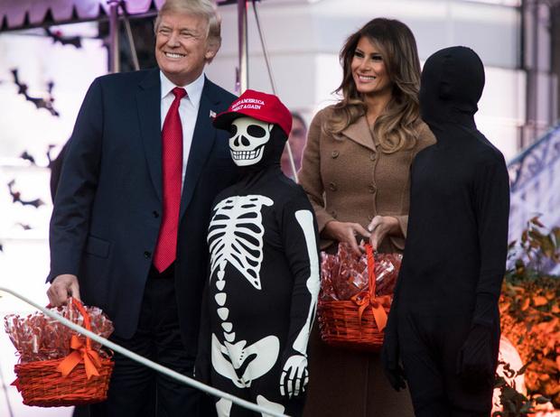 Фото №1 - «Это и так жуткое место»: Меланию Трамп раскритиковали за подготовку Белого дома к Хэллоуину