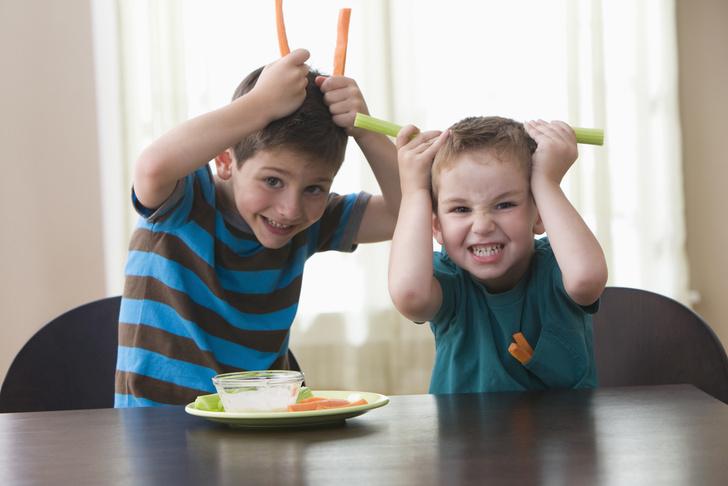 Фото №1 - Корчить рожи: почему ребенок кривляется и как его отучить