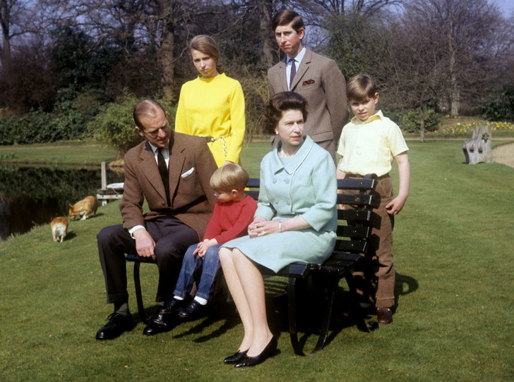 Фото №1 - Чужие люди: почему у Королевы не сложились отношения ни с кем из ее детей
