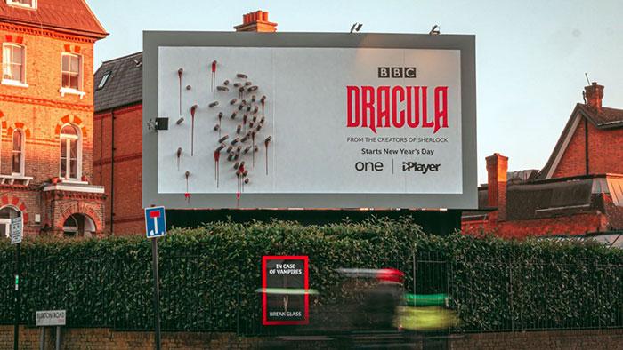 Фото №1 - Билборд сериала «Дракула» оживает только ночью