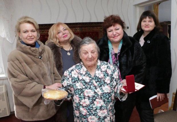 Фото №7 - В Крыму чиновницы в шубах подарили ветеранам по батону хлеба и медальке, но потом попытались «забыть» об этом (фото)