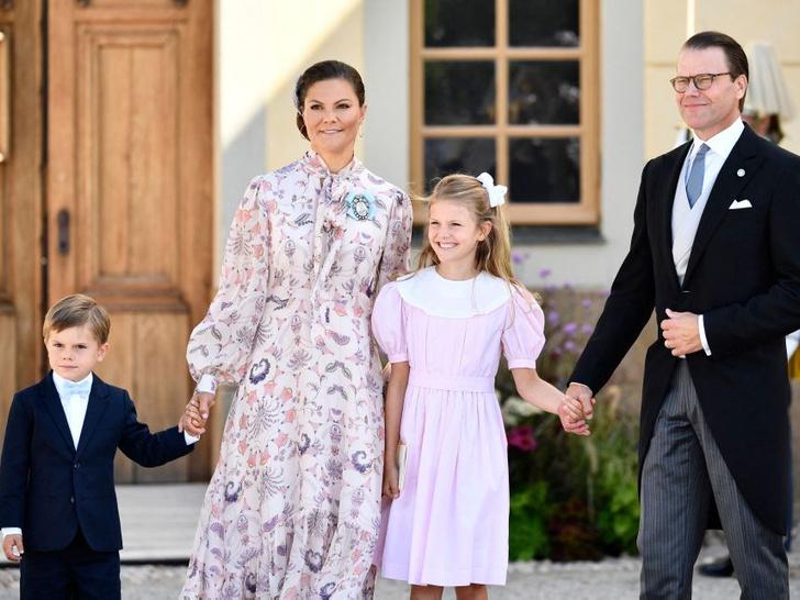Фото №4 - Необычный образ мамы и много милых фото: самая красивая королевская пара Европы крестила сына