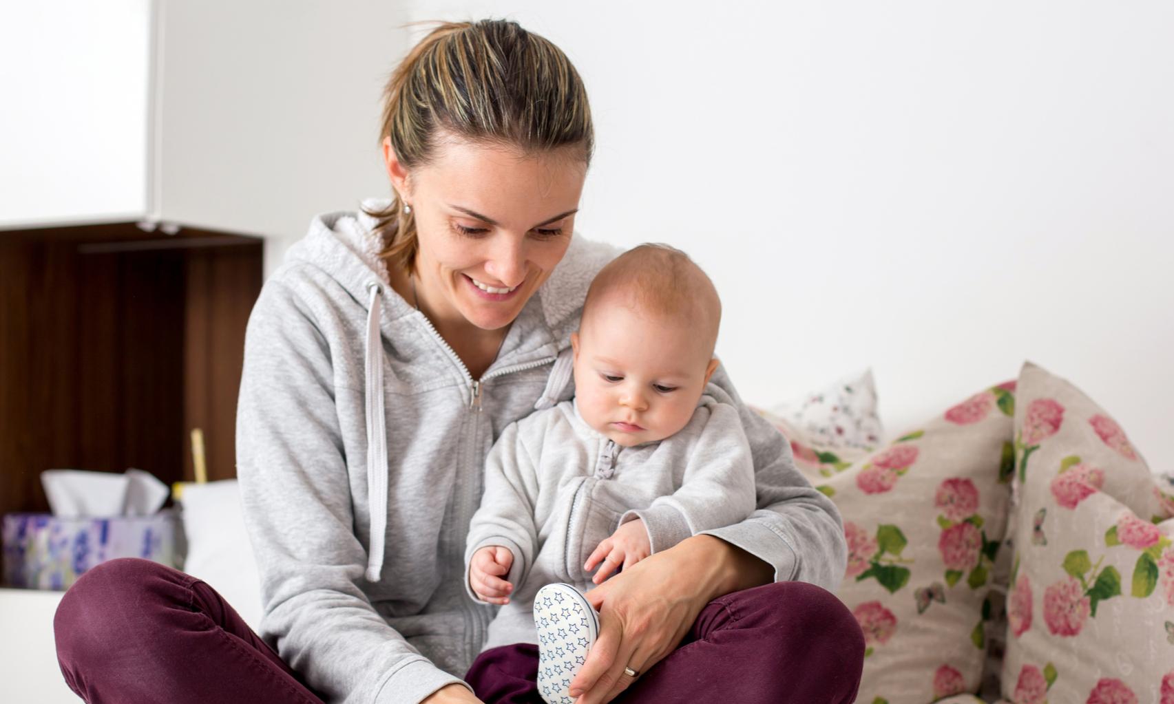 Можно ли сажать двухмесячного ребенка на колени: мнение педиатра