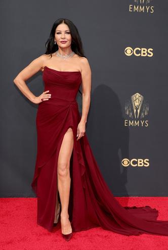 Фото №3 - Телепузик с когтями и рыбацкая сетка: 30 лучших и худших нарядов звезд на Emmy Awards 2021